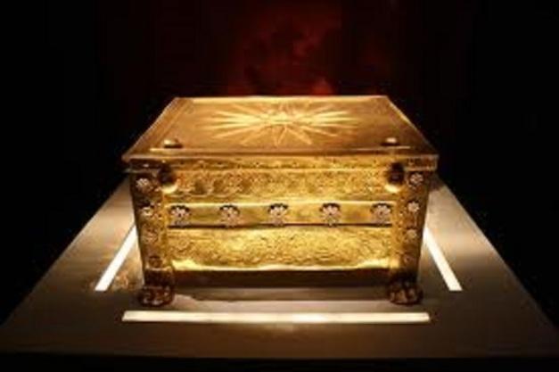 Filippoksen arkku. Se on koristeltu hallitsijasuvun tähtitunnuksella, jollainen on kuninkaan haudassa Verginassa.