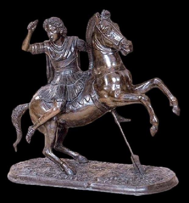Roomalainen pronssikopio Aleksanteri Suuren patsaasta. Viittaa mahdollisesti alkuperäiseen veistosryhmään, jonka Aleksanteri tilasi kuvanveistäjältään Lysippokselta kunnioitaakseen 25 Granikoksessa kaatunutta toveriaan. Pystyyn noussutta hevosta tukeva peräsin viittaa Granikosjoen ylitykseen.